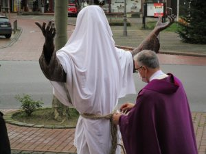 Franziskus-Skulptur, verhüllt